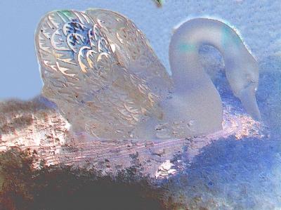 Eisskultpur / Eisfigur in Form eines Schwans zur Dekoration des Desserts.