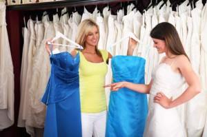 © istock.com/gchutka Bildunterschrift 2: Schicke Abendkleider in bunten Farben sind ebenso geeignet.