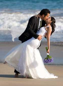 Heiraten am Strand ist immer noch beliebt, auch wenn vielen das schon nicht mehr außergewöhnlich genug ist.